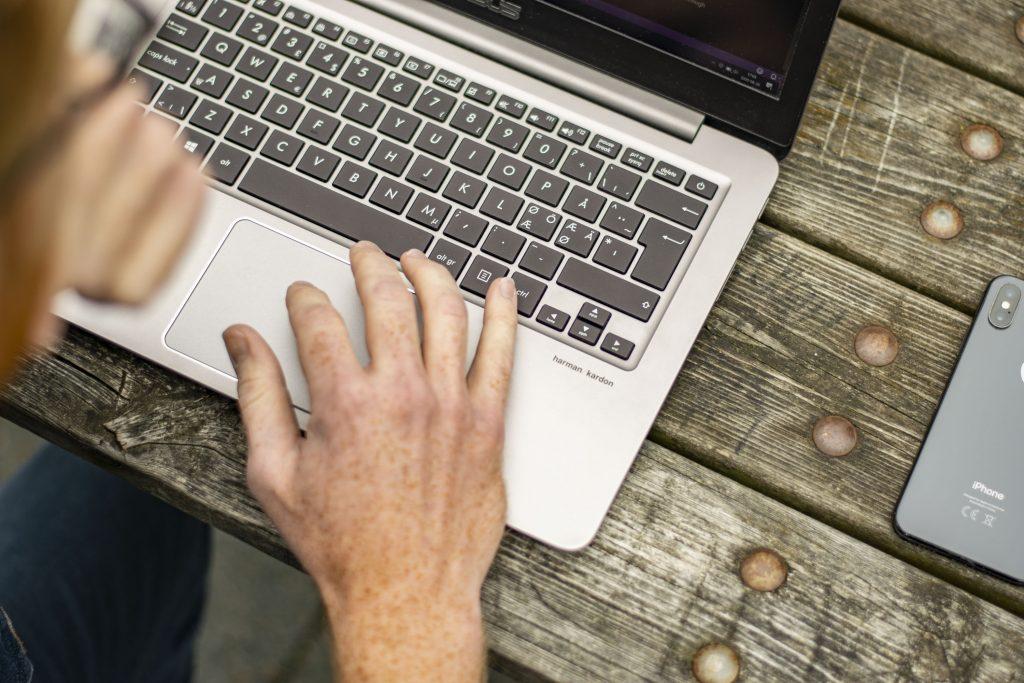 Webbutvecklare arbetar på en hemsida. Sett uppifrån.